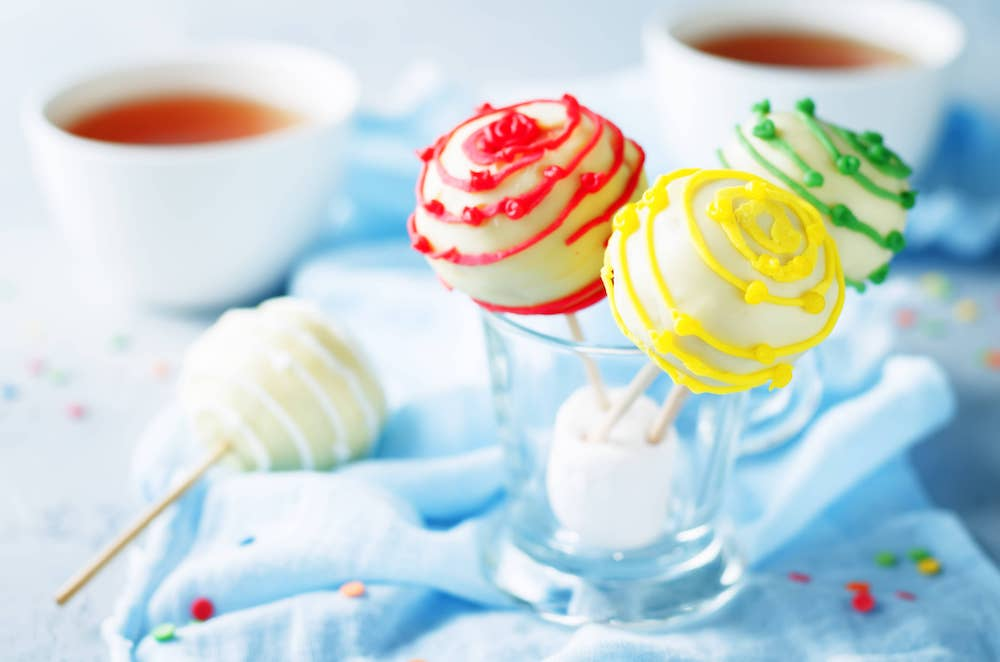 White-chocolate-cake-pops-V84KJTL (1)